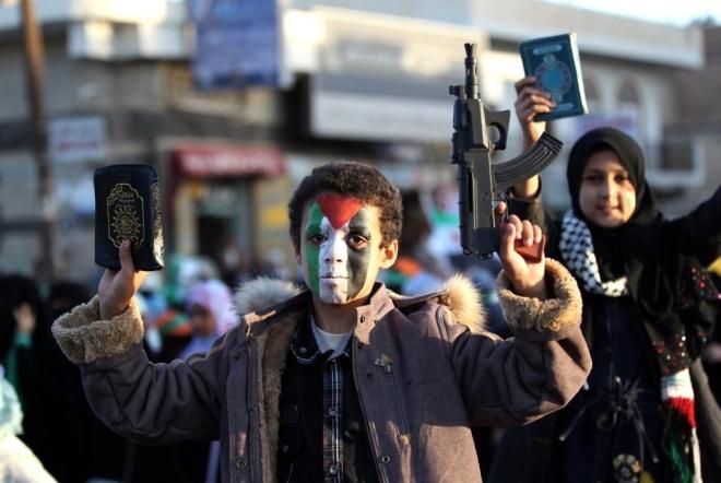 Afp   Un niño yemení protesta contra el bombardeo de Gaza.